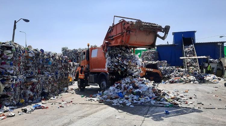 תמונה של משאית פורקת אריזות בתחנת מיון בראשון לציון